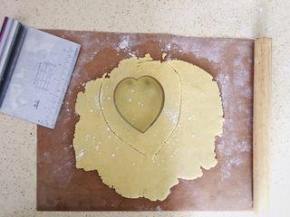 法式花生鸡肉咸塔,擀好的塔皮切出比磨具大一圈的尺寸