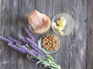法式花生鸡肉咸塔,利用面团松弛的时间制作鸡肉馅料部分 首先同样是先称好料