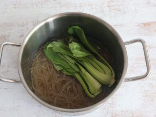 美味酸辣粉,出锅前放入小油菜焯烫一下。