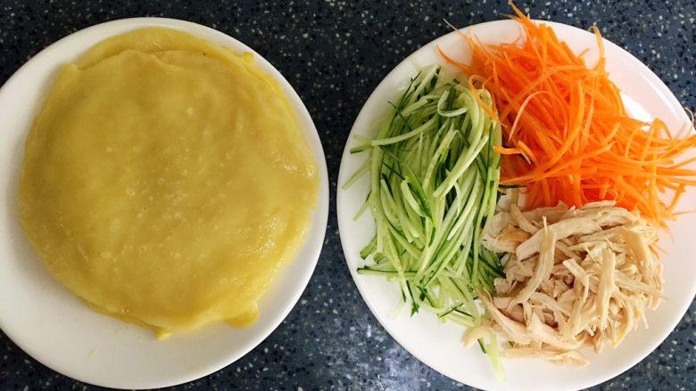 三丝卷,食材处理: 1)面粉加水搅拌均匀,停放20分钟左右等面粉沉淀后,把多余的水倒掉,放入一个鸡蛋搅拌均匀,放入锅中煎成蛋皮。 2)鸡胸肉洗干净,抹上一点盐,腌制15分钟左右,在蒸熟或煮熟,撕碎。 3)青瓜洗干净切丝。 4)胡萝卜洗干净去皮切丝。 5)<a style='color:red;display:inline-block;' href='/shicai/ 3438'>圣女果</a>洗干净对半切开。
