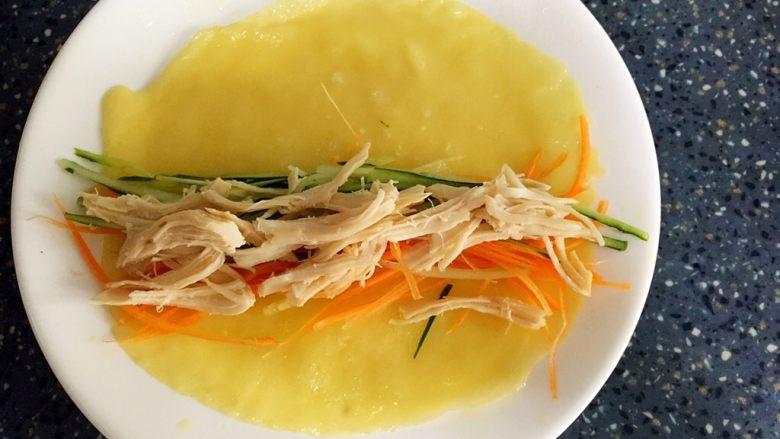 三丝卷,拿一张煎好的蛋皮,放入胡萝卜丝,青瓜丝,肉丝。