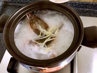砂锅粥—鲜虾粥,放入腌制好的虾。
