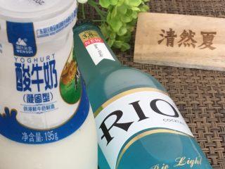 蓝天白云鸡尾酒和漂亮的芒果花,准备好蓝色鸡尾酒和酸奶,未成年人记得把鸡尾酒换成蓝色饮料