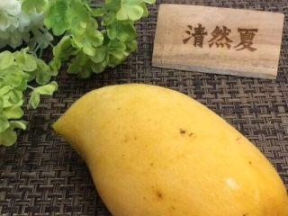 蓝天白云鸡尾酒和漂亮的芒果花,准备一个大芒果