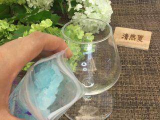 蓝天白云鸡尾酒和漂亮的芒果花,准备一个漂亮的杯子