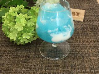 蓝天白云鸡尾酒和漂亮的芒果花,再铺蓝冰完成