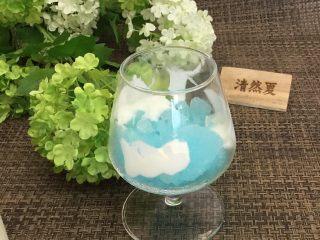 蓝天白云鸡尾酒和漂亮的芒果花,沿着杯壁贴酸奶