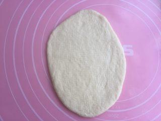 奶油面包卷,取一个松弛好的擀成椭圆形