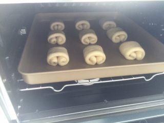 奶油面包卷,放入烤箱室温发酵(冬天的话温度调到35度这样)。烤箱底放碗热水保湿。