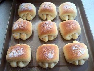 奶油面包卷,放入烤箱倒数底二层,烤16分钟出炉(各家烤箱温度有差异,观察上色情况具体调整时间哦)