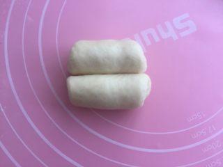 奶油面包卷,从两端往中间分别卷起。(注意两边的卷卷要差不多哦。