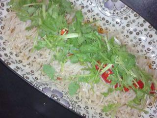 蒸金针菇,将切好的香菜放在金针菇上面
