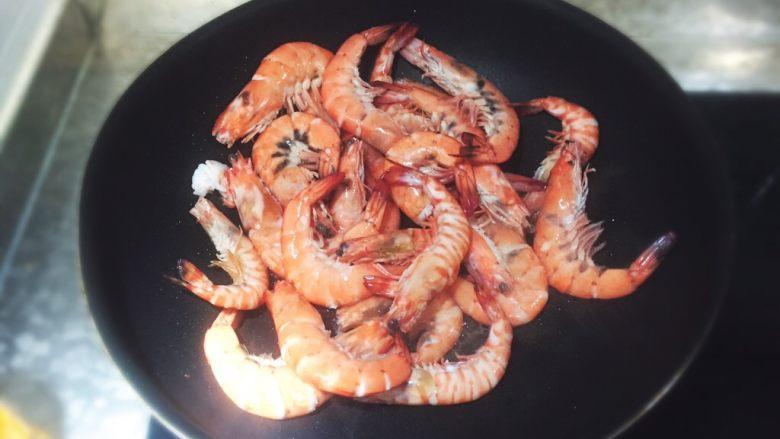 麻辣小海鲜之麻辣虾,炒虾,炒至皮脆。