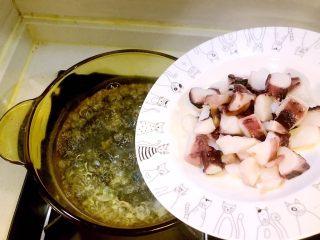 意大利海鲜低脂沙拉,做一锅水,煮沸后倒入鱿鱼足