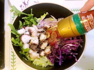 意大利海鲜低脂沙拉,加入现磨黑胡椒粒