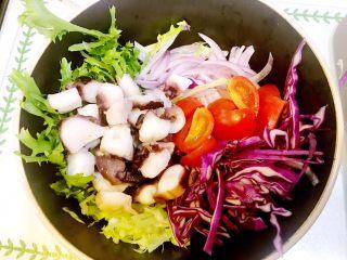 意大利海鲜低脂沙拉,将所有食材放入容器中