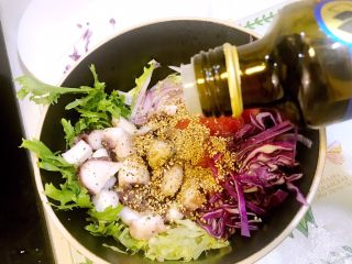 意大利海鲜低脂沙拉,倒入5毫升橄榄油