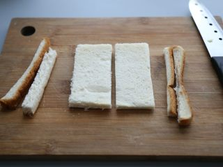 bruch之王 班尼迪克蛋,土司面包去边,切成等分的两半。