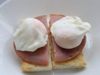 bruch之王 班尼迪克蛋,将煮好的鸡蛋放在准备好的面包火腿上待用。