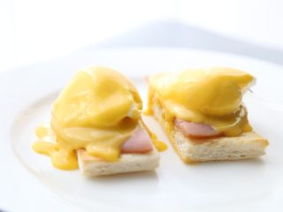 bruch之王 班尼迪克蛋,把荷兰汁淋在准备好的鸡蛋上。