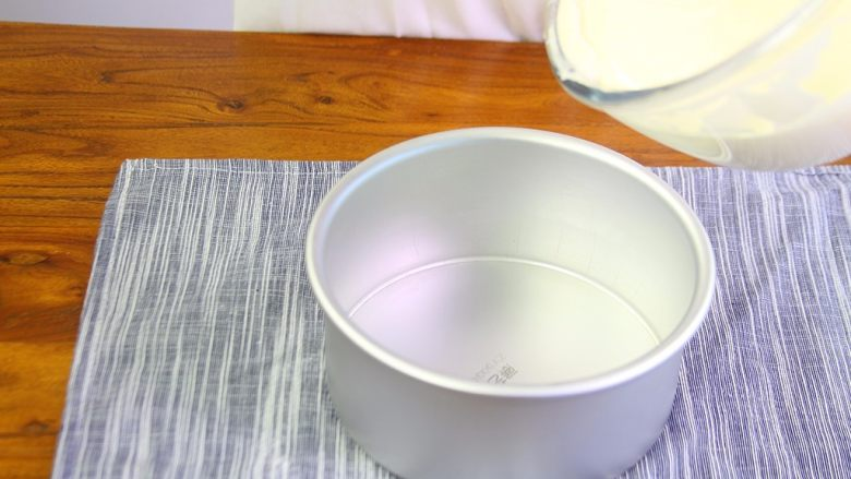 百香果慕斯蛋糕,蛋糕糊入模具震模入烤箱上下管145度,中下层烤55分钟。