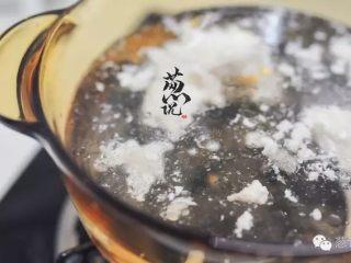 葱说 | 雪花鸡淖,加热一锅清水,到40℃左右,关火。将鸡茸沥干油份,放在温水中推一下,去除油份。