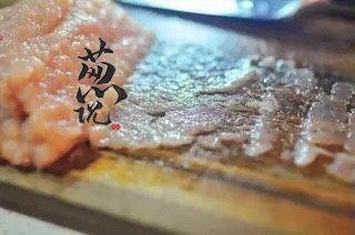 葱说 | 雪花鸡淖,将鸡肉泥用刀碾压在砧板上。