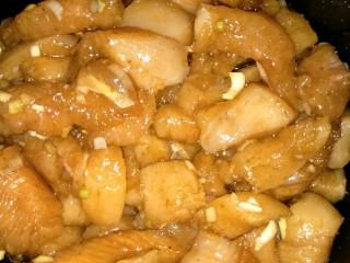 烤箱版鸡米花,鸡胸肉在开水里过一下,切成1-2cm的块状,加葱末适量盐味精胡椒粉味极鲜调味