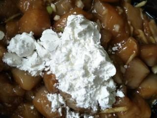 烤箱版鸡米花,加入淀粉蛋清搅拌均匀