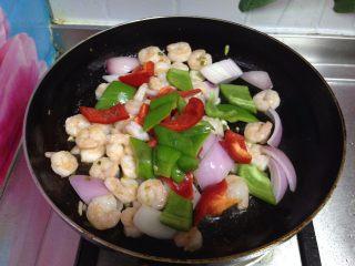 四色木瓜虾仁, 倒入青、红椒块炒匀