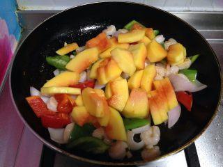 四色木瓜虾仁, 倒入木瓜块迅速炒匀