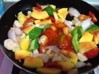 四色木瓜虾仁,最后加入泰式甜辣酱炒匀即可出锅
