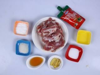番茄沙司排骨,准备齐全食材,备用