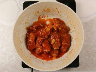 番茄沙司排骨,倒入炸好的排骨,翻炒均匀入味