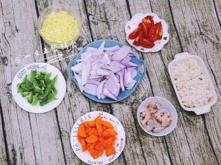 鲜虾芝士焗饭,将材料都准备好、虾去虾线,虾壳,用料酒腌制会去腥味。蔬菜都切丁备用。
