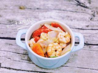 鲜虾芝士焗饭,将菜均匀码入焗饭盘里,汁也倒进去一点。