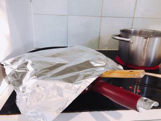 一碗猪油菜饭的夜,猪油很快就会出来,但熬成不腻嘴的猪油渣还有很长的一段路要走。  期间会遇到水蒸气在挥发时,油乱溅,油渣乱爆的情况。  这个时候就需要一张锡箔纸。盖在锅上,但一定一定要随意地露出足够大的空间,好让水汽跑出去。需要动铲子去搅拌的时候,一定要拿着锡箔纸或者锅盖护一下脸啊脖子啊。