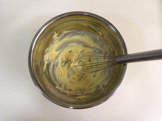 蔓越莓椰蓉球,继续搅拌均匀,使糖粉、盐和黄油充分融合。