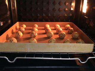 蔓越莓椰蓉球,入预热好的烤箱中,上下火170约15分钟,注意观察上色情况,待酥饼表面上色至微黄即可出炉。