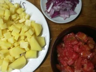 四季都宜的西红柿土豆浓汤,西红柿切小丁,土豆也切小丁(我切了几块大的,是为了怕小丁炖化了,特意留几块大的拍照用。事实上都切小,比较容易煮)洋葱也切丁