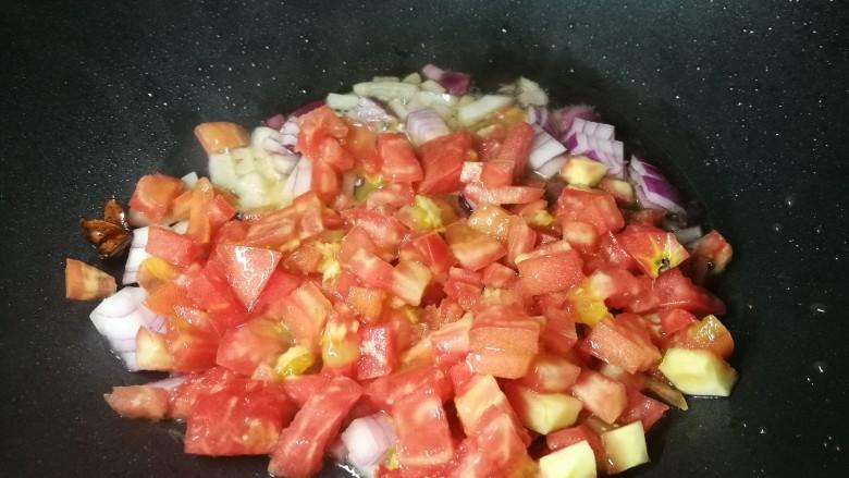 四季都宜的西红柿土豆浓汤,放西红柿丁炒出汁儿