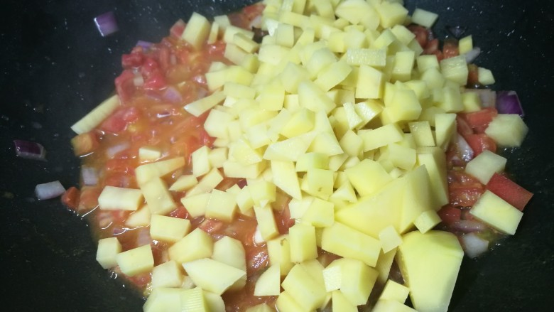 四季都宜的西红柿土豆浓汤,倒入土豆丁,多翻炒会