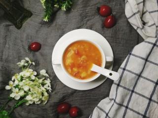 四季都宜的西红柿土豆浓汤,一碗省事简单,色泽红艳,略带微酸的西红柿浓汤就好了。你可以像我一样,直接用来当主食。也可以配米饭,面条,甚至于蘸面包(我也管这道汤叫中式罗宋汤)