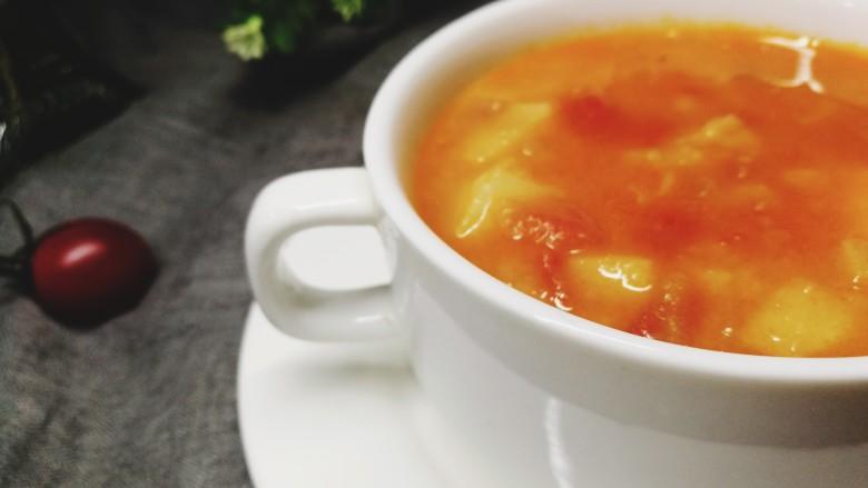 四季都宜的西红柿土豆浓汤,夏日用来开胃,冬日用来暖胃。一年四季,我都钟情于它。