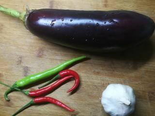 手撕茄子,准备材料。 其实那种细长的茄子更适合做手撕茄子