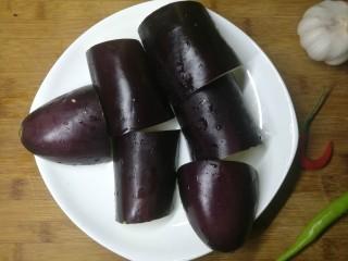 手撕茄子,茄子切成段,再对半切,放入锅中蒸,约10分钟,蒸到筷子可以轻易戳穿茄子即可。