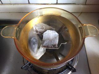 水果花茶,锅中倒入适量清水煮沸加入红茶包