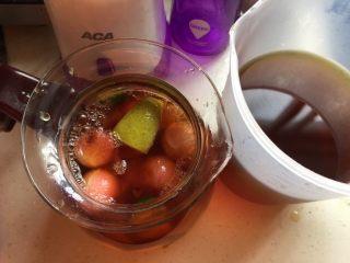 水果花茶,把红茶胎菊茶再倒入水壶里,拌匀即可