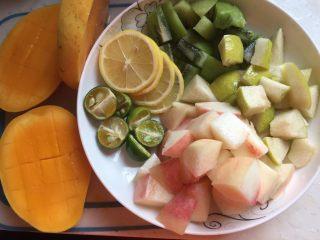 水果花茶,把水果处理好:猕猴桃、芒果去皮去肉切小、梨、桃子去核切小、柠檬、青金桔切开