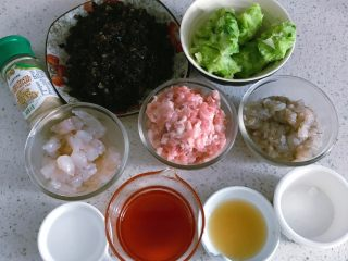 鲜虾时蔬小馄饨,至此,所有材料准备完成。馄饨皮是买的现成的。